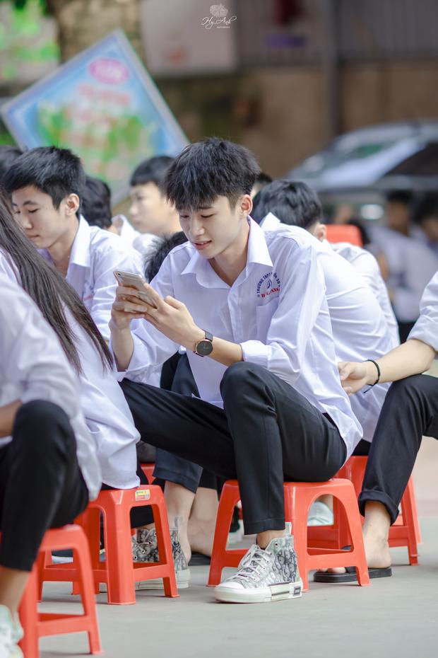 Về thăm trường cấp 3 ngày khai giảng, nam sinh 2K1 bất ngờ chiếm spotlight vì đẹp trai lai láng, biểu cảm siêu cấp dễ thương - Ảnh 3.