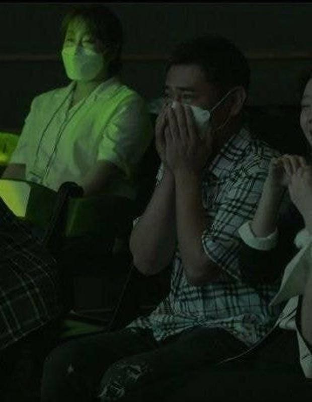Khoảnh khắc CEO ôm mặt khóc rưng rức khi nhìn gà cưng ra mắt solo khiến dân mạng Hàn nghẹn ngào xúc động  - Ảnh 2.