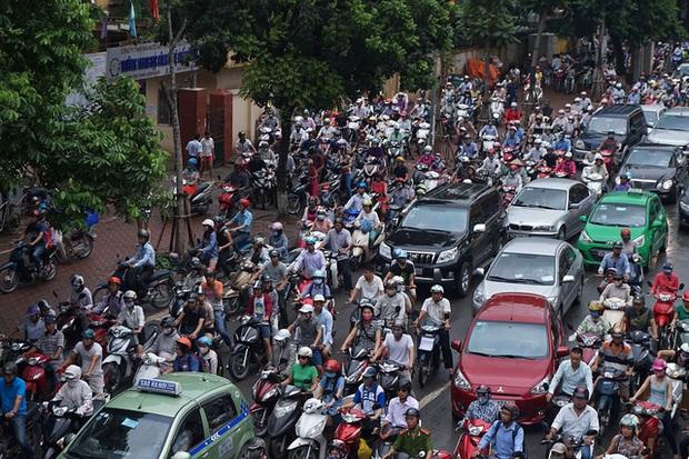 Người dân hào hứng với chương trình hỗ trợ đổi xe máy cũ nát lấy xe máy mới của Hà Nội - Ảnh 1.