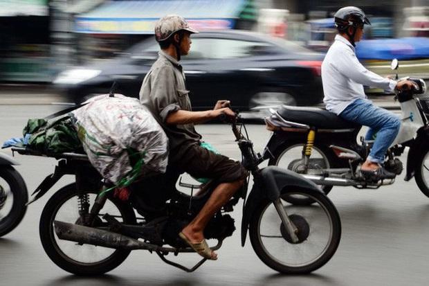 Người dân hào hứng với chương trình hỗ trợ đổi xe máy cũ nát lấy xe máy mới của Hà Nội - Ảnh 2.