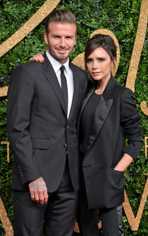 Báo Anh đưa tin vợ chồng David Beckham nhiễm COVID-19 do dự tiệc từ tháng 3, kéo theo 2 nhân viên đi cùng dương tính - Ảnh 2.