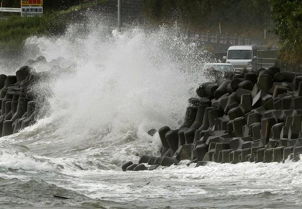 Chùm ảnh về siêu bão Haishen mạnh kỷ lục càn quét Nhật Bản và Hàn Quốc: Cuồng phong đi qua, còn hoang tàn ở lại - Ảnh 3.