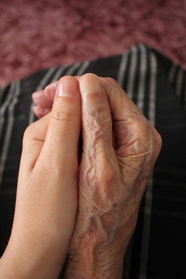 Sự khác biệt của đôi bàn tay con người cùng loạt ảnh cho thấy sức mạnh của thời gian có thể làm vạn vật thay đổi một cách khó tin - Ảnh 1.