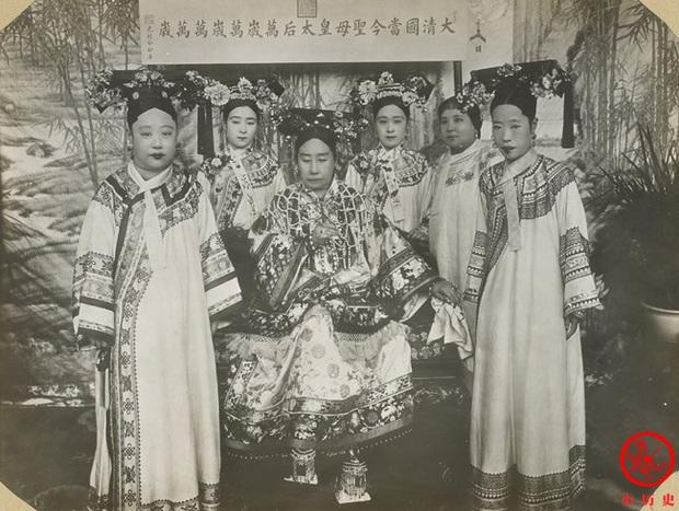 Loạt ảnh cũ về hậu cung của Hoàng đế Quang Tự triều nhà Thanh: Hoàng hậu lưng gù, phi tần có vóc dáng mũm mĩm - Ảnh 1.
