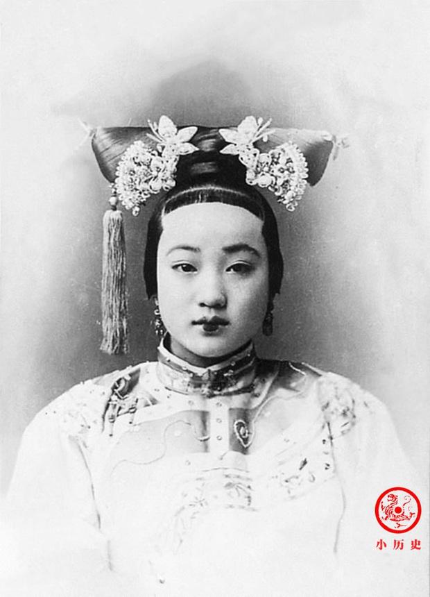 Loạt ảnh cũ về hậu cung của Hoàng đế Quang Tự triều nhà Thanh: Hoàng hậu lưng gù, phi tần có vóc dáng mũm mĩm - Ảnh 2.