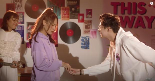 """Cara """"chốt đơn"""" bằng cái thơm má NoWay trong MV mới, cặp đôi Cano lại làm dân tình quắn quéo vì quá đáng yêu - Ảnh 2."""