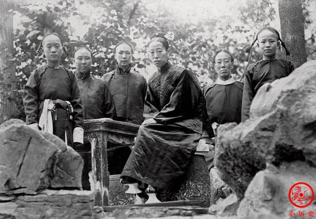 Loạt ảnh cũ về hậu cung của Hoàng đế Quang Tự triều nhà Thanh: Hoàng hậu lưng gù, phi tần có vóc dáng mũm mĩm - Ảnh 4.
