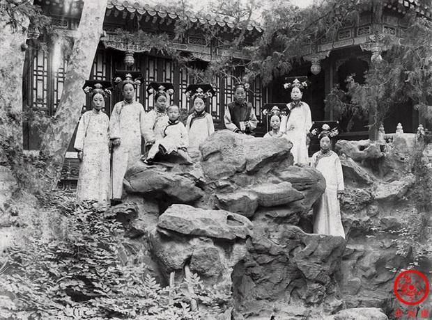 Loạt ảnh cũ về hậu cung của Hoàng đế Quang Tự triều nhà Thanh: Hoàng hậu lưng gù, phi tần có vóc dáng mũm mĩm - Ảnh 5.