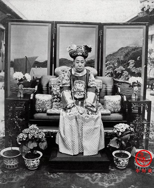 Loạt ảnh cũ về hậu cung của Hoàng đế Quang Tự triều nhà Thanh: Hoàng hậu lưng gù, phi tần có vóc dáng mũm mĩm - Ảnh 6.