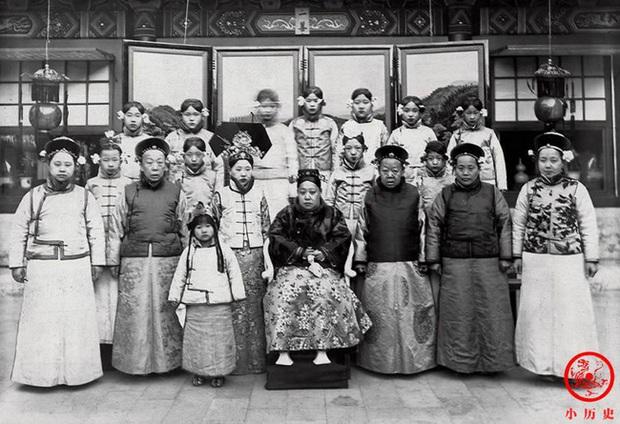 Loạt ảnh cũ về hậu cung của Hoàng đế Quang Tự triều nhà Thanh: Hoàng hậu lưng gù, phi tần có vóc dáng mũm mĩm - Ảnh 7.