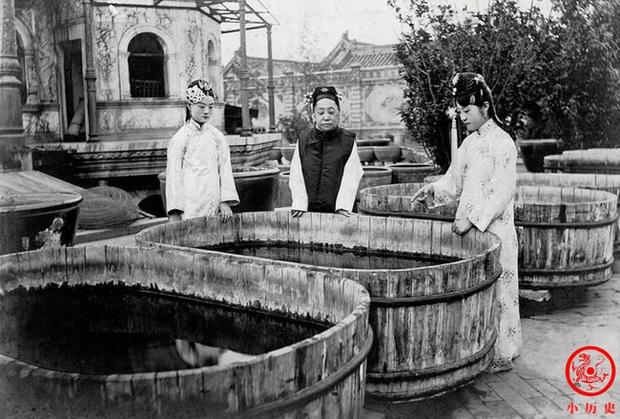 Loạt ảnh cũ về hậu cung của Hoàng đế Quang Tự triều nhà Thanh: Hoàng hậu lưng gù, phi tần có vóc dáng mũm mĩm - Ảnh 9.