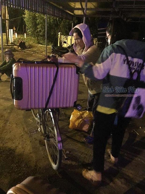 Cảnh người mẹ nghèo dậy sớm chuẩn bị, run run thắt chặt vali đồ đạc cho con gái lên đường nhập học được share rần rần trên mạng - Ảnh 1.