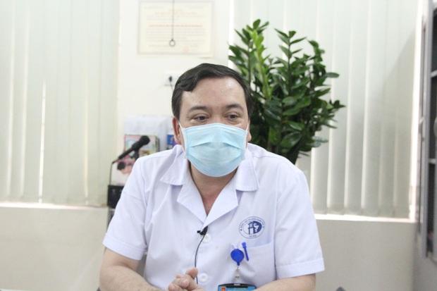 Hà Nội: Mẹ đẻ và khá đông người thân đã đến bệnh viện để đón nhận cháu bé bị bỏ rơi trong khe tường - Ảnh 5.