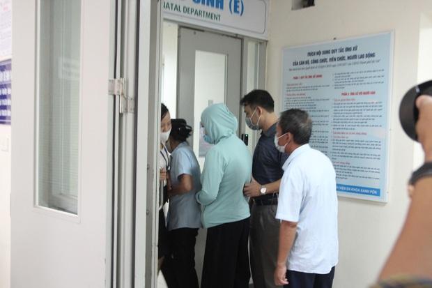 Hà Nội: Mẹ đẻ và khá đông người thân đã đến bệnh viện để đón nhận cháu bé bị bỏ rơi trong khe tường - Ảnh 3.