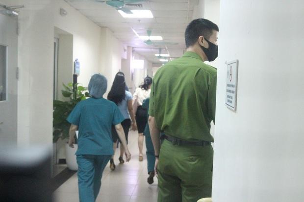 Hà Nội: Mẹ đẻ và khá đông người thân đã đến bệnh viện để đón nhận cháu bé bị bỏ rơi trong khe tường - Ảnh 4.