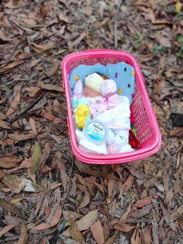 """Bé gái sơ sinh bị bỏ rơi ven đường kèm tờ giấy: """"Tôi không đủ điều kiện nuôi, ai nhặt được nuôi dùm"""" - Ảnh 2."""