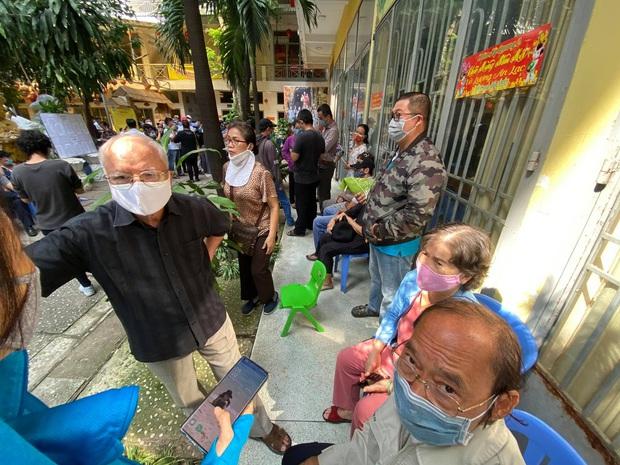 """Người dân đến chùa nhận dạng tro cốt tại chùa Kỳ Quang 2: """"Tôi vỡ oà vui sướng khi tìm được hũ cốt của người thân"""" - Ảnh 5."""
