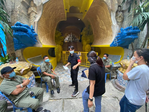 """Người dân đến chùa nhận dạng tro cốt tại chùa Kỳ Quang 2: """"Tôi vỡ oà vui sướng khi tìm được hũ cốt của người thân"""" - Ảnh 9."""