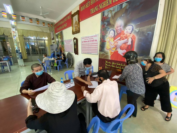 """Người dân đến chùa nhận dạng tro cốt tại chùa Kỳ Quang 2: """"Tôi vỡ oà vui sướng khi tìm được hũ cốt của người thân"""" - Ảnh 6."""