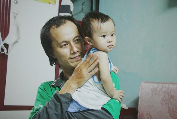 Gặp người cha địu bé trai 9 tháng tuổi chạy xe ôm ở Sài Gòn: Mình có lỗi với con, thấy con đi nắng mà xót lắm - Ảnh 8.