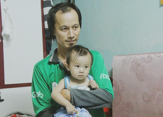 Gặp người cha địu bé trai 9 tháng tuổi chạy xe ôm ở Sài Gòn: Mình có lỗi với con, thấy con đi nắng mà xót lắm - Ảnh 2.