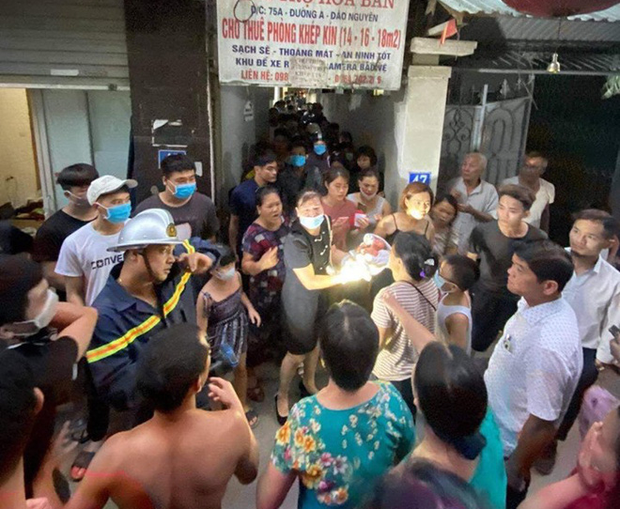 Hà Nội: Mẹ đẻ và khá đông người thân đã đến bệnh viện để đón nhận cháu bé bị bỏ rơi trong khe tường - Ảnh 6.