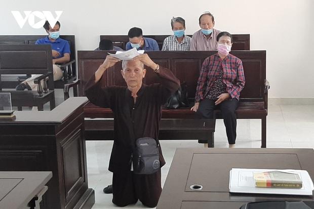 Cụ ông 79 tuổi quỳ gối, đội đơn xin được xử án ở tòa Đồng Nai - Ảnh 1.