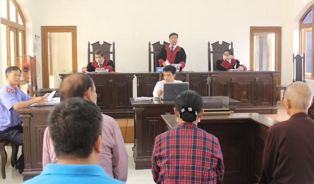 Cụ ông 79 tuổi quỳ gối, đội đơn xin được xử án ở tòa Đồng Nai - Ảnh 2.