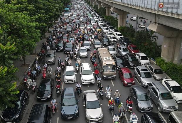 Ảnh: Hà Nội trở lại những ngày ùn tắc từ ngõ ra đường lớn sau khi học sinh sinh viên tựu trường, người dân mệt nhoài vào mỗi giờ cao điểm - Ảnh 1.