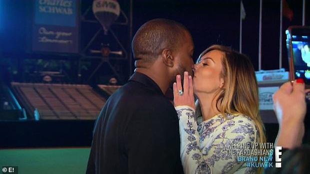 Show nhà Kardashian dừng sau 14 năm, loạt drama chấn động thế giới bị đào lại: Màn nude nhức mắt và hôn nhân 72 ngày của Kim! - Ảnh 7.