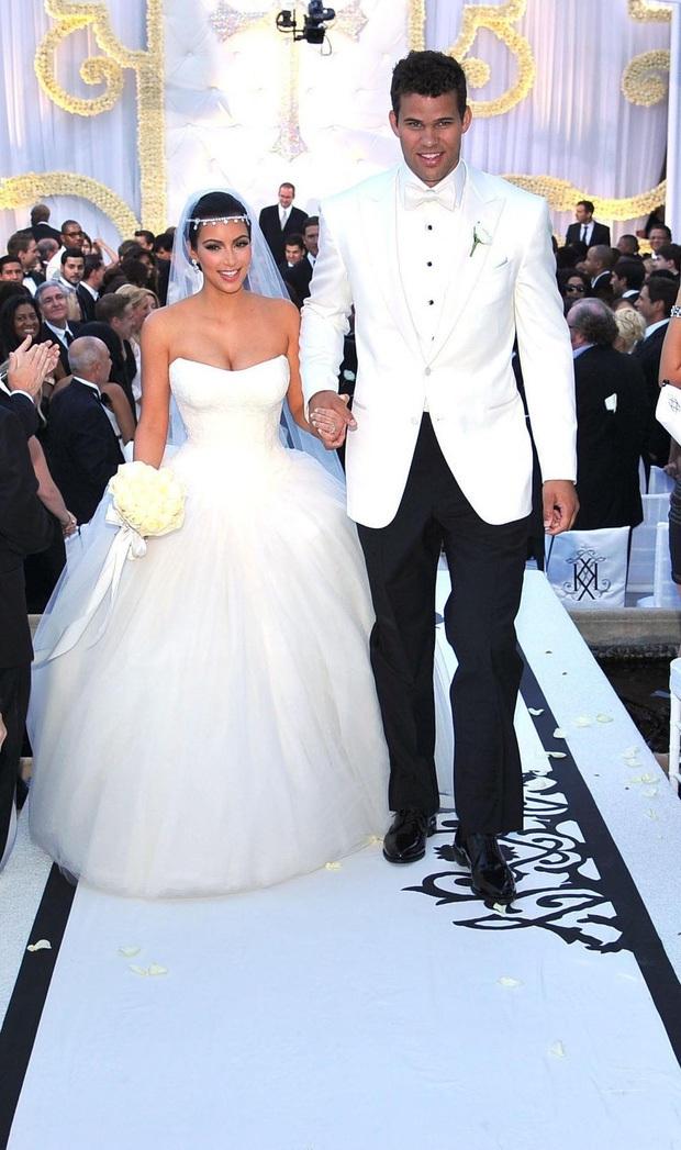 Show nhà Kardashian dừng sau 14 năm, loạt drama chấn động thế giới bị đào lại: Màn nude nhức mắt và hôn nhân 72 ngày của Kim! - Ảnh 4.