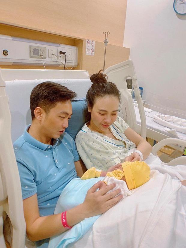 Đàm Thu Trang công khai hình ảnh của con gái: Mới hơn 1 tháng đã trộm vía tay chân mũm mĩm cực đáng yêu - Ảnh 4.