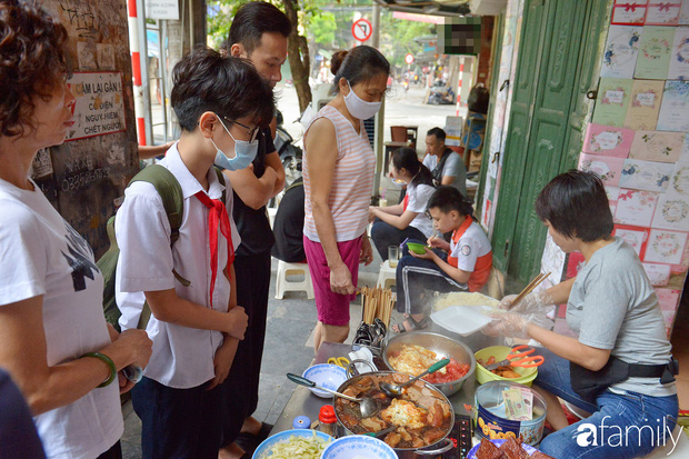 Hàng xôi sáng bán chớp nhoáng ở phố Hàng Mã gây sốt với thịt kho giòn bì và pate rán, nếm thử rồi mới thấy bõ công dậy sớm - Ảnh 1.