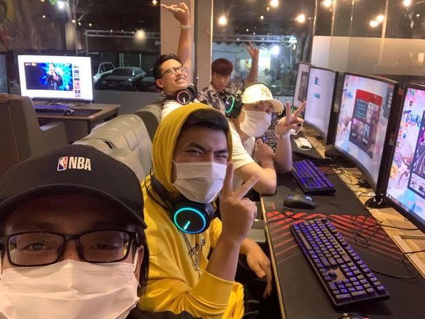 Karik cùng team Rap Việt phá đảo LMHT, múa Yasuo dẻo như kẹo kéo, không thua gì các boy one champ - Ảnh 1.