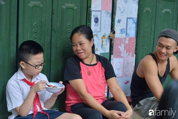 Hàng xôi sáng bán chớp nhoáng ở phố Hàng Mã gây sốt với thịt kho giòn bì và pate rán, nếm thử rồi mới thấy bõ công dậy sớm - Ảnh 12.