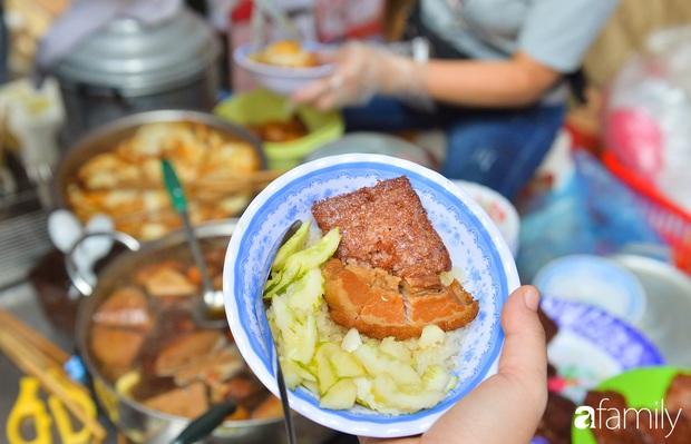 Hàng xôi sáng bán chớp nhoáng ở phố Hàng Mã gây sốt với thịt kho giòn bì và pate rán, nếm thử rồi mới thấy bõ công dậy sớm - Ảnh 13.