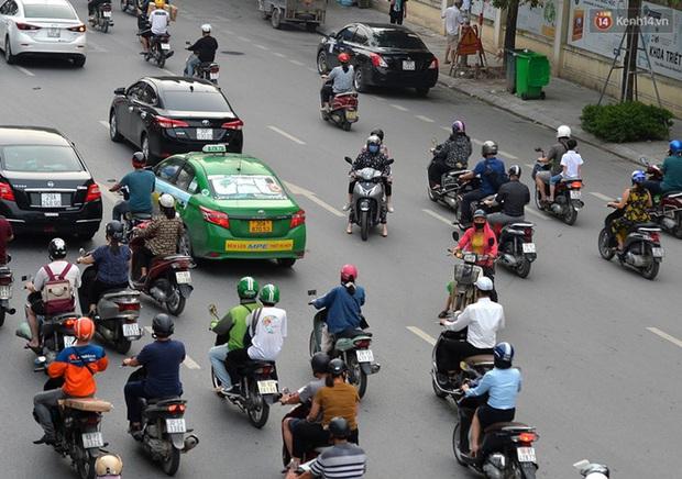 Ảnh: Hà Nội trở lại những ngày ùn tắc từ ngõ ra đường lớn sau khi học sinh sinh viên tựu trường, người dân mệt nhoài vào mỗi giờ cao điểm - Ảnh 16.