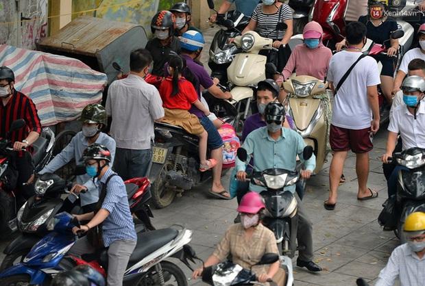 Ảnh: Hà Nội trở lại những ngày ùn tắc từ ngõ ra đường lớn sau khi học sinh sinh viên tựu trường, người dân mệt nhoài vào mỗi giờ cao điểm - Ảnh 17.