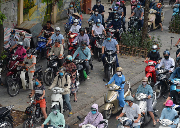Ảnh: Hà Nội trở lại những ngày ùn tắc từ ngõ ra đường lớn sau khi học sinh sinh viên tựu trường, người dân mệt nhoài vào mỗi giờ cao điểm - Ảnh 3.
