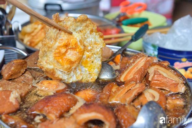 Hàng xôi sáng bán chớp nhoáng ở phố Hàng Mã gây sốt với thịt kho giòn bì và pate rán, nếm thử rồi mới thấy bõ công dậy sớm - Ảnh 5.