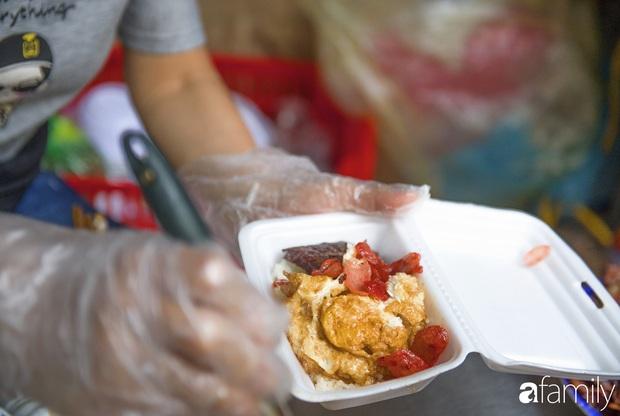 Hàng xôi sáng bán chớp nhoáng ở phố Hàng Mã gây sốt với thịt kho giòn bì và pate rán, nếm thử rồi mới thấy bõ công dậy sớm - Ảnh 9.