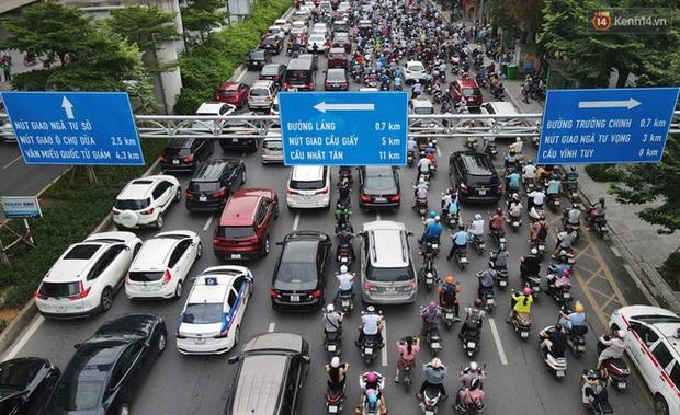 Ảnh: Hà Nội trở lại những ngày ùn tắc từ ngõ ra đường lớn sau khi học sinh sinh viên tựu trường, người dân mệt nhoài vào mỗi giờ cao điểm - Ảnh 10.