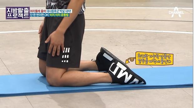 HLV Hàn Quốc hướng dẫn bài tập giúp giảm 5cm mỡ bụng chỉ sau 5 phút tập luyện - Ảnh 1.