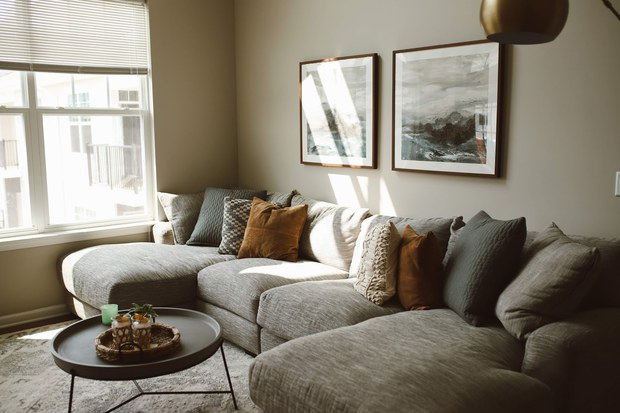 Tránh 5 điều sau nếu bạn không muốn biến không gian phòng khách thành thảm họa - Ảnh 1.