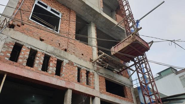 TP.HCM: Sập giàn giáo công trình xây dựng nhà ở, 3 người rơi từ tầng cao xuống đất - Ảnh 1.
