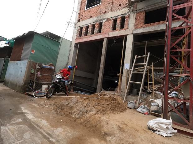 TP.HCM: Sập giàn giáo công trình xây dựng nhà ở, 3 người rơi từ tầng cao xuống đất - Ảnh 2.