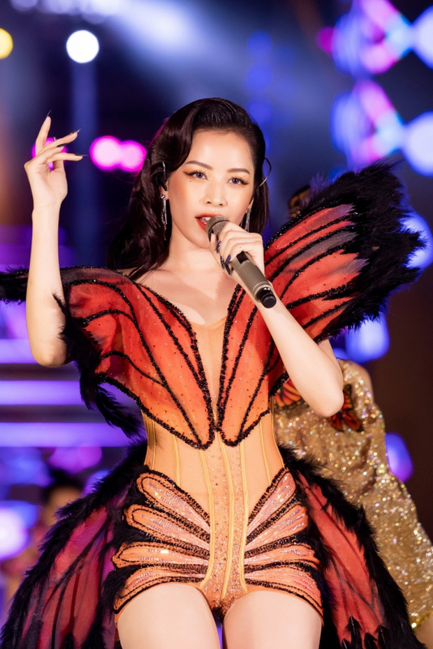 Chi Pu bị góc quay hiểm hóc hại suýt lộ hàng vì diện váy bó sát táo bạo lên sân khấu đêm thi HHVN 2020 - Ảnh 3.