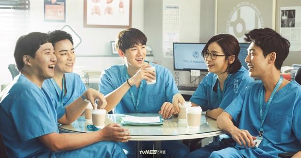 Vừa ăn mừng vì Hospital Playlist bấm máy phần 2, netizen liền xỉu ngang với phát ngôn của nhà đài - Ảnh 1.
