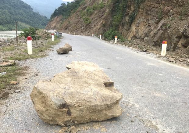 Con đường ám ảnh nhất biên giới Nghệ An, những tảng đá lơ lửng trên đầu người đi đường - Ảnh 1.
