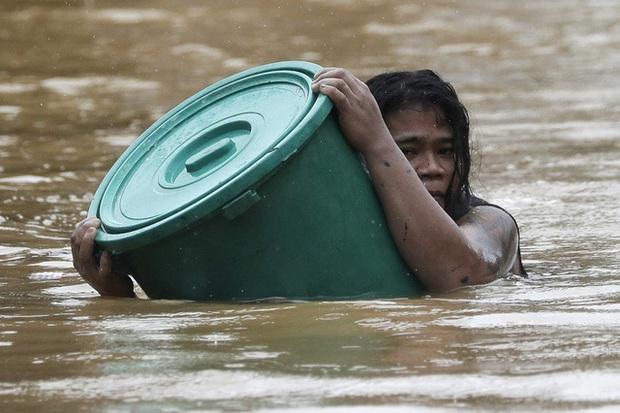 Nhiều vùng tại Philippines vẫn ngập sâu dù bão Vamco đã tan - Ảnh 1.